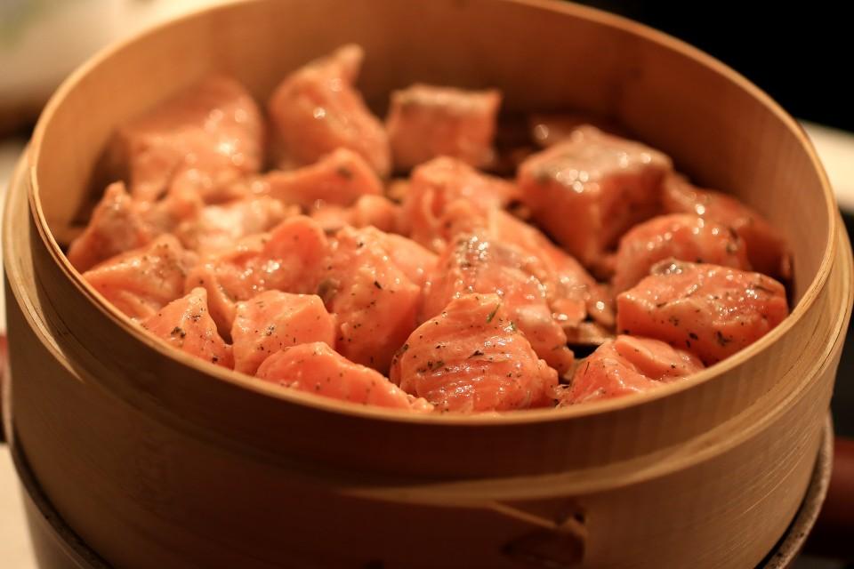 Salmone marinato con spezie al vapore
