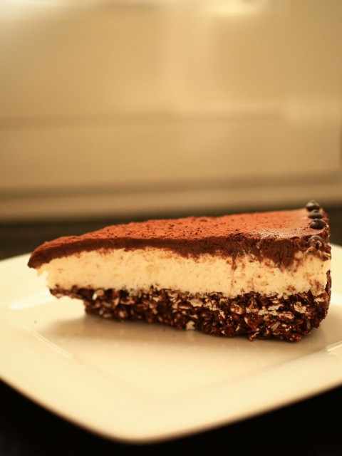 Cheesecake senza burro con fondo croccante al cioccolato e grano saraceno soffiato