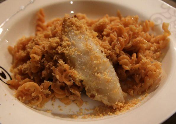 Pasta di lenticchie con triglie cotte insieme a capperi e pasta di acciughe
