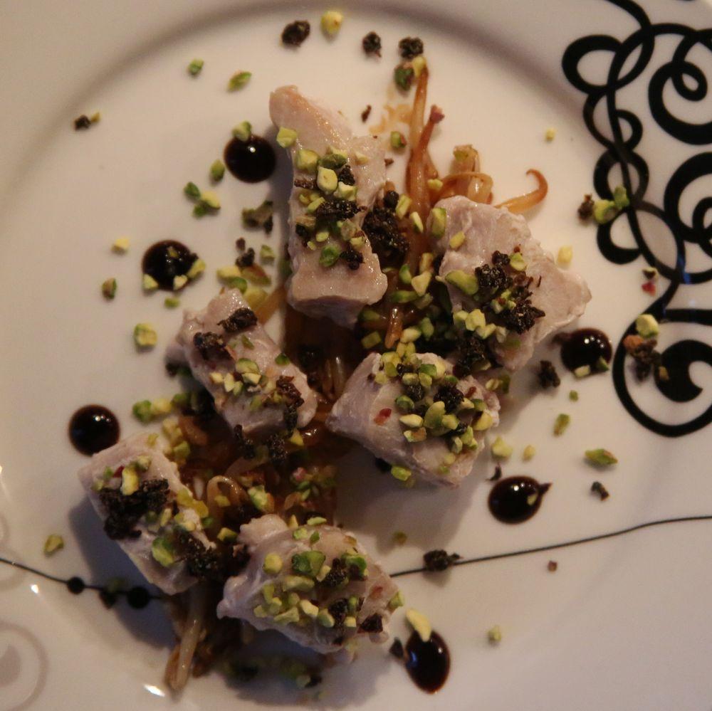 Entrée estiva: tonno in crosta di pistacchi e pomodori secchi su letto di germogli di soia saltati